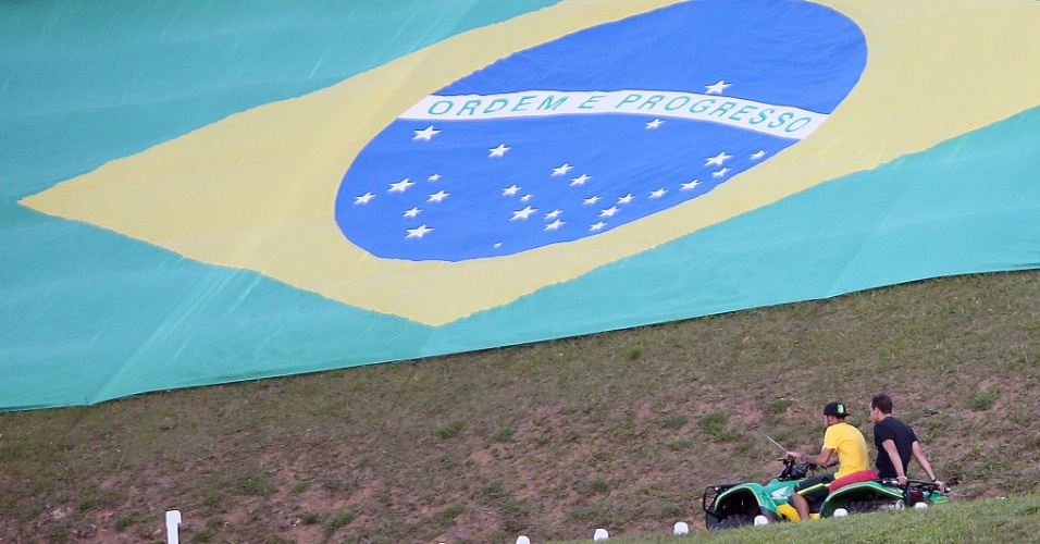 Antes de começar preparação, Neymar recebe a visita de amigos na Granja Comary