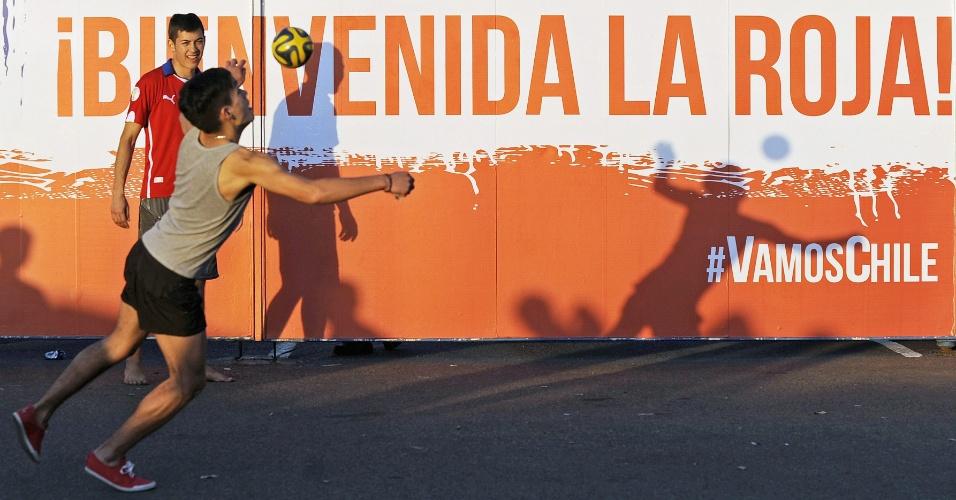 Ao melhor estilo brasileiro, chilenos jogam bola na porta do CT onde a seleção de seu país treina