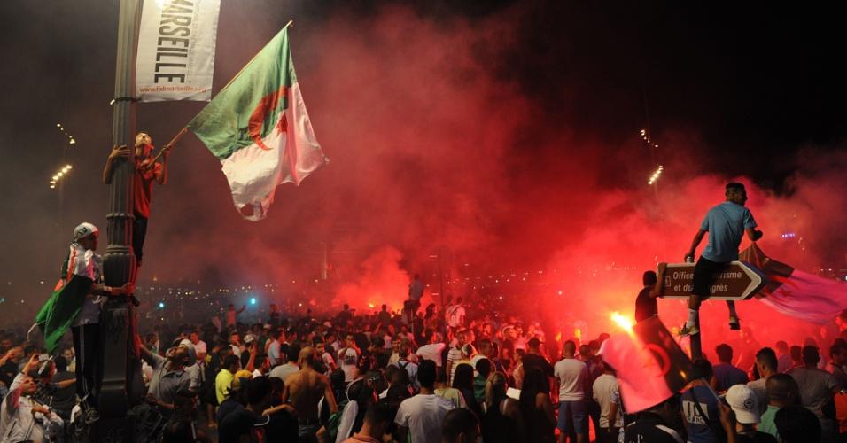 Argelinos tomaram as ruas de Marselha, no sul da França, para comemorar a classificação às oitavas de final