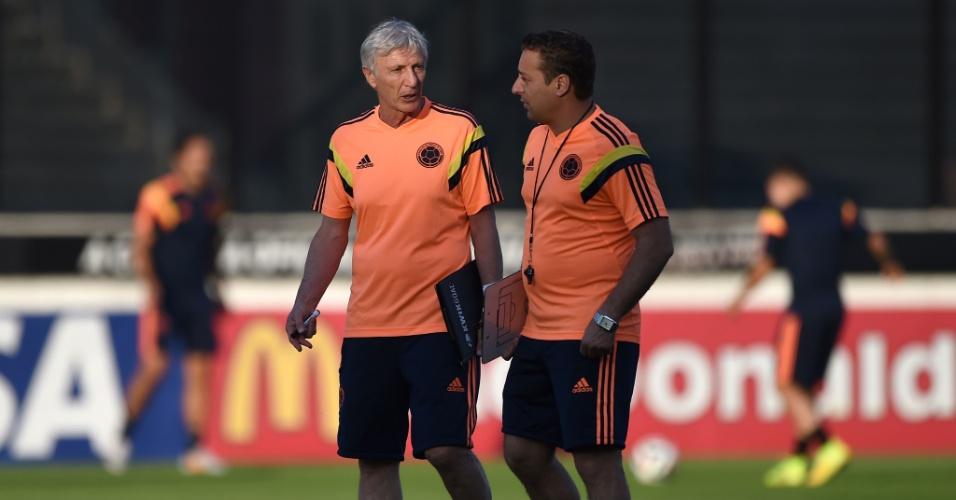 Argentino Jose Pekerman, técnico da Colômbia, conversa com seu assistente durante treino em São Januário