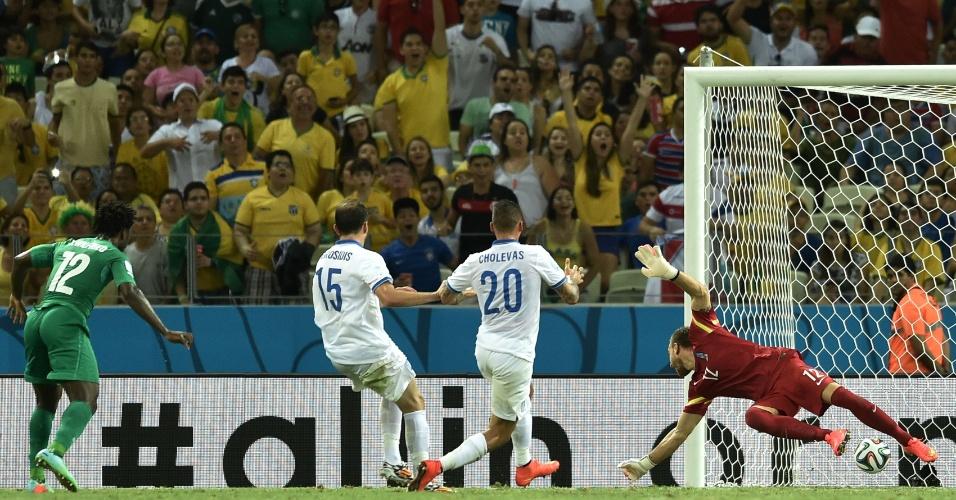Bony faz o gol de empate da Costa do Marfim contra a Grécia