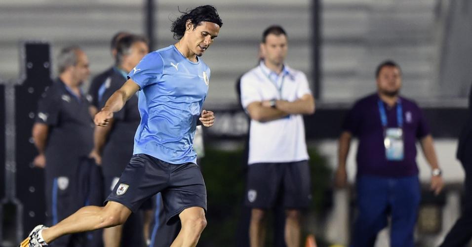 Cavani chuta a bola em treino do Uruguai em São Januário. Jogador é uma das principais armas ofensivas da seleção celeste, ainda mais sem Suárez