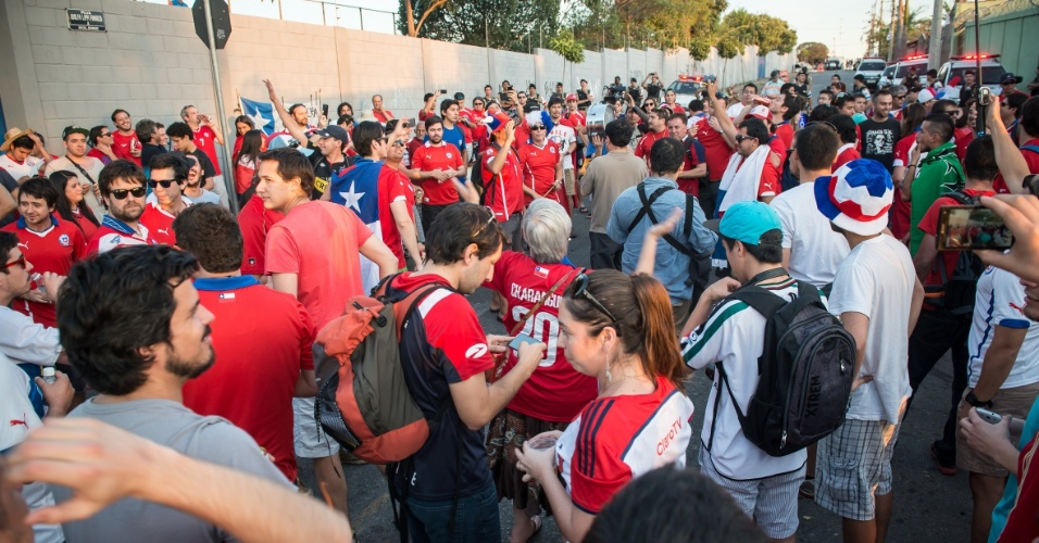 Chilenos lotam porta da Toca da Raposa, em Belo Horizonte, local de treino dos chilenos