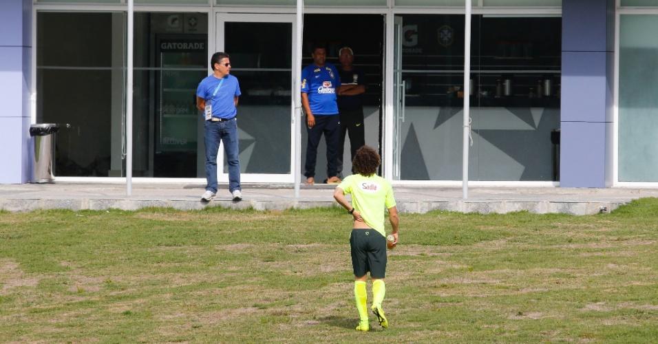David Luiz dá susto na torcida e deixa treino com dores nas costas