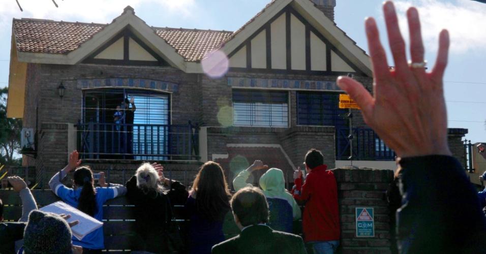 Fãs de Luis Suárez dão apoio ao jogador em frente a casa onde o uruguaio está hospedado, em Montevidéu. Ele foi embora do Brasil após ser suspenso por nove jogos da seleção uruguaia