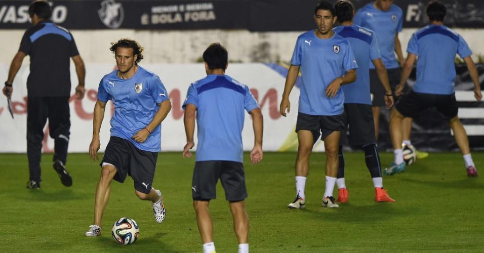 Forlán carrega a bola durante treinamento do Uruguai em São Januário, no Rio de Janeiro. Ele é o favorito a ficar com a vaga de Suárez