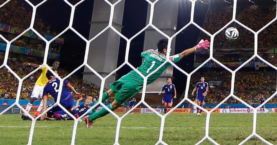 Jackson Martinez faz o terceiro gol contra o Japão