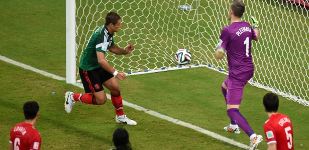 Em jogada ensaiada, Javier Hernandez, Chicharito, faz o terceiro gol do México contra a Croácia