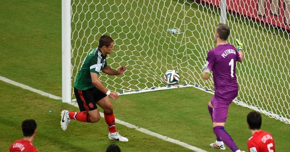 Javier Hernandez, Chicharito, faz o terceiro gol do México contra a Croácia