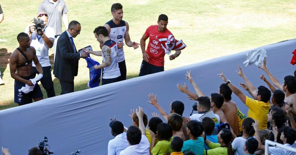 Jogadores da França atendem aos torcedores após treinamento em Ribeirão Preto
