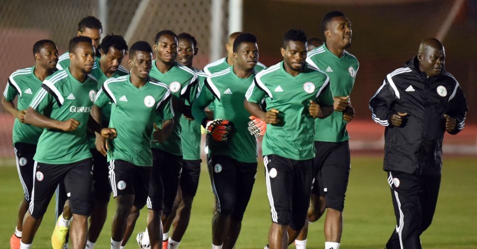 Jogadores da Nigéria participam de treinamento, em Brasília. Seleção nigeriana enfrenta a França, neste domingo, pelas oitavas de final da Copa