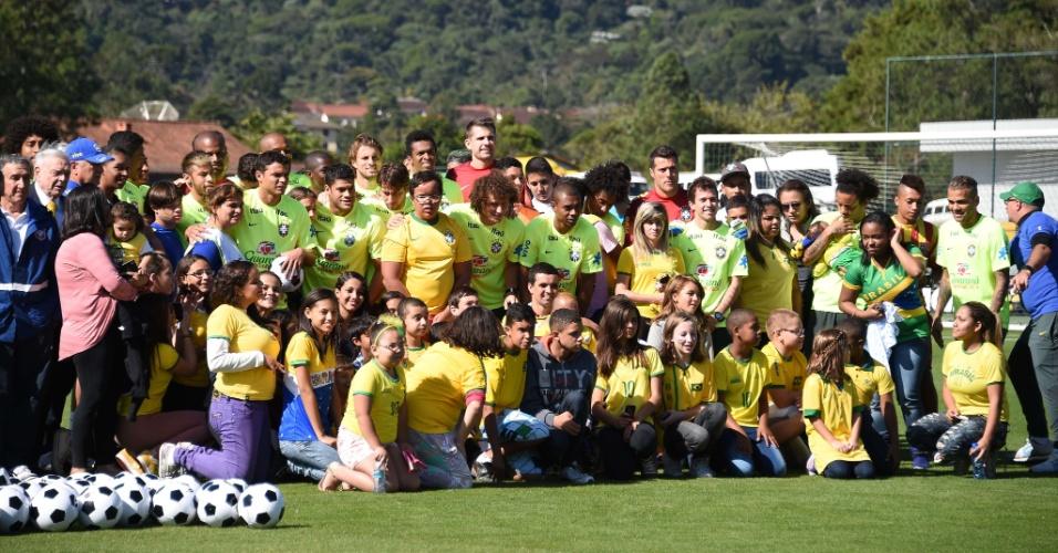 Jogadores recebem visita de moradores de Teresópolis que sofreram com as chuvas