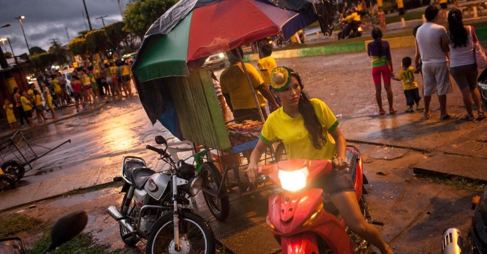 """Tabatinga, cidade que faz divisa seca com Letícia, na Colômbia e pelas aguas com Santa Rosa, no Peru, ela surgiu como entorno de um quartel de fronteira. Foram os próprios militares que abriram uma trincheira no tapete verde da floresta que hoje é a avenida da Amizade, que liga o Brasil com a Colômbia e serve de passarela para as torcidas. Mesmo com forte chuva, torcedores brasileiros """"invadem"""" a Colômbia pela avenida da Amizade apos a vitória em cima dos Camarões, a caravana é seguida por dezenas de motos, carros, tuctuc indianos que rodam na Colômbia e bicicletas"""