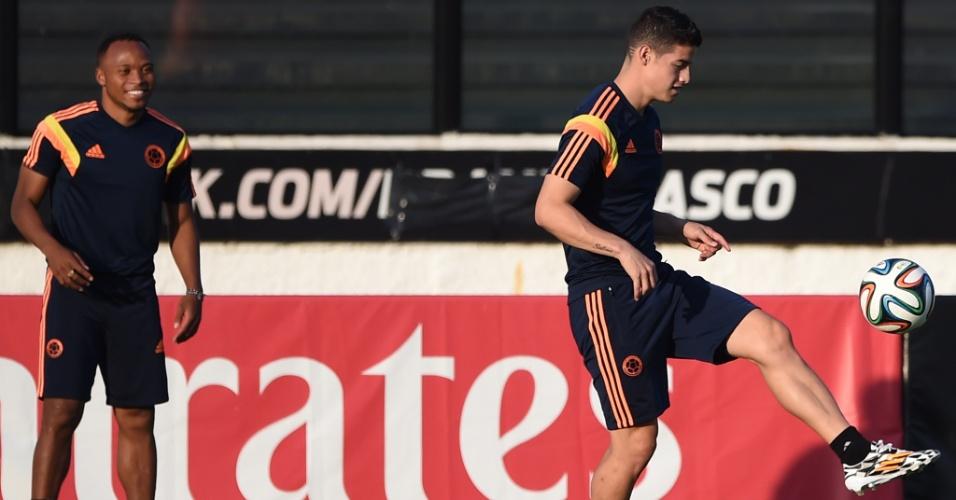 Meia James Rodriguez, um dos destaques da Copa do Mundo até aqui, controla a bola durante treino da Colômbia em São Januário, no Rio de Janeiro. Equipe encara o Uruguai no Maracanã, neste sábado