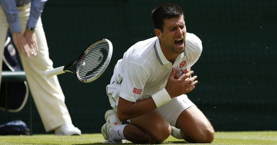 Novak Djokovic caiu durante a partida contra o francês e sentiu o ombro esquerdo