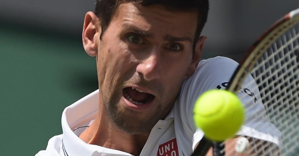 O sérvio Novak Djokovic durante partida desta sexta-feira em Wimbledon