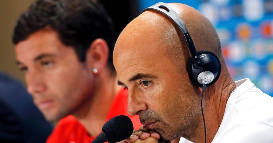 O zagueiro Mena e o técnico do Chile, Jorge Sampaoli, foram os escolhidos para a coletiva de imprensa da seleção chilena, nesta sexta-feira, no Mineirão