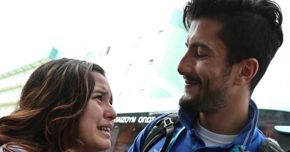 Panagiotis Kone consola fã emocionada antes da partida da seleção grega para Aracaju