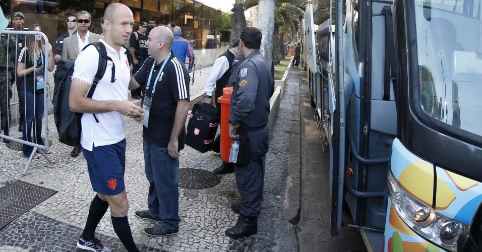 Robben deixa o hotel onde a seleção da Holanda estava hospedada, no Rio de Janeiro, para seguir com a delegação para Fortaleza, onde a equipe enfrenta o México, neste domingo