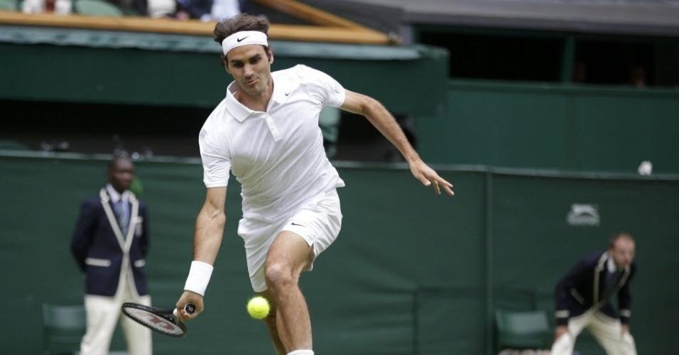 Roger Federer tenta alcançar a bola durante partida contra Gilles Mulle