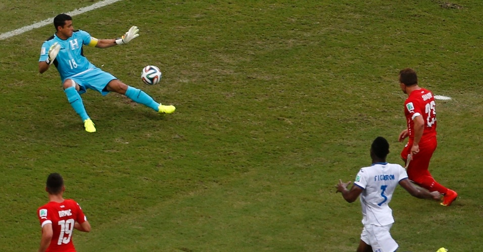 Shaqiri marca seu segundo gol contra Honduras
