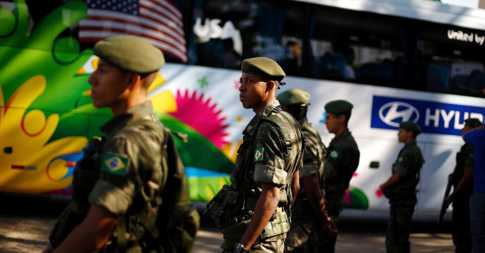 Soldados fazem a segurança do time dos Estados Unidos, em São Paulo, para treino na manhã desta sexta-feira