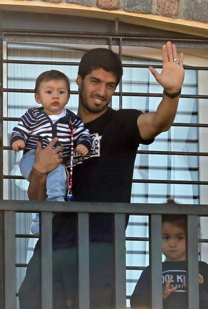 Suarez, punido pela Fifa por mordida em campo, com os filhos Benjamin e Delfina na casa da mãe, em Lagomar, perto de Montevideo.