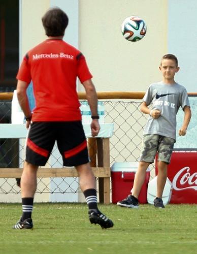 Técnico alemão Joachim Löw joga bola com o filho de Klose, Luan Klose. O atacante alemão igualou o recorde de Ronaldo como o maior artilheiro de Copas, com 15 gols