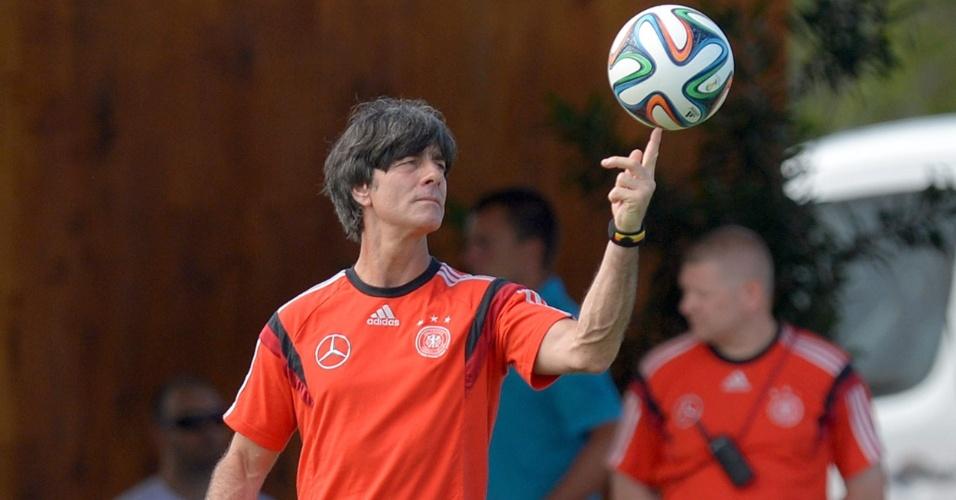 Técnico da Alemanha, Joachim Löw, faz malabarismo com a bola durante o treino da seleção alemã