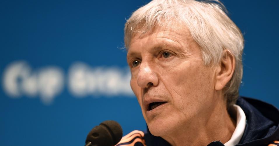 Técnico da Colômbia José Pekerman fala em coletiva de imprensa, no estádio do Maracanã, onde a Colômbia enfrenta o Uruguai neste sábado
