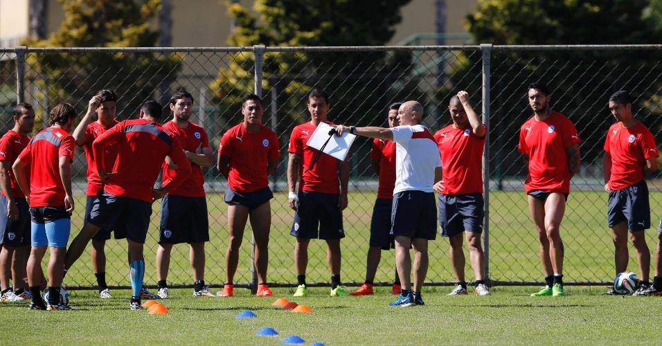 Técnico do Chile, Jorge Sampaoli, orienta jogadores durante treinamento em Belo Horizonte. Chile e Brasil se enfrentam neste sábado, pelas oitavas de final da Copa
