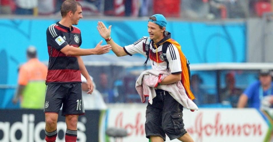 Torcedor alemão invade campo e cumprimenta Philipp Lahm durante jogo contra os Estados Unidos