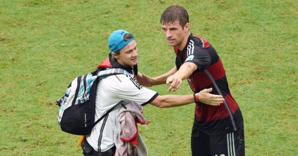 Torcedor alemão invade campo para abraçar Thomas Mueller durante jogo contra os Estados Unidos