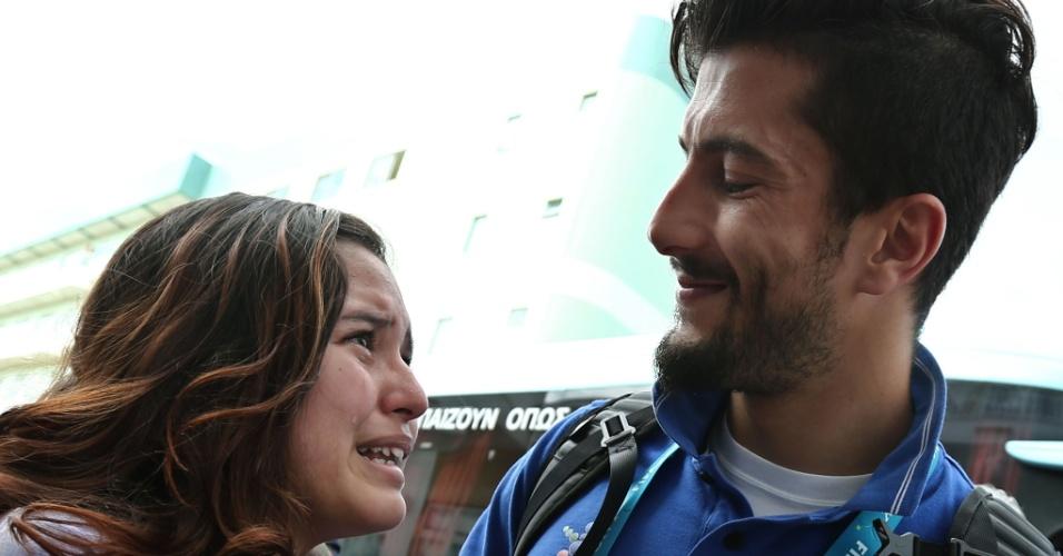 Torcedora chora muito ao receber carinho de jogador Panagiotis Kone, da seleção grega. A Grécia enfrenta a Costa Rica, neste domingo, pelas oitavas de final da Copa