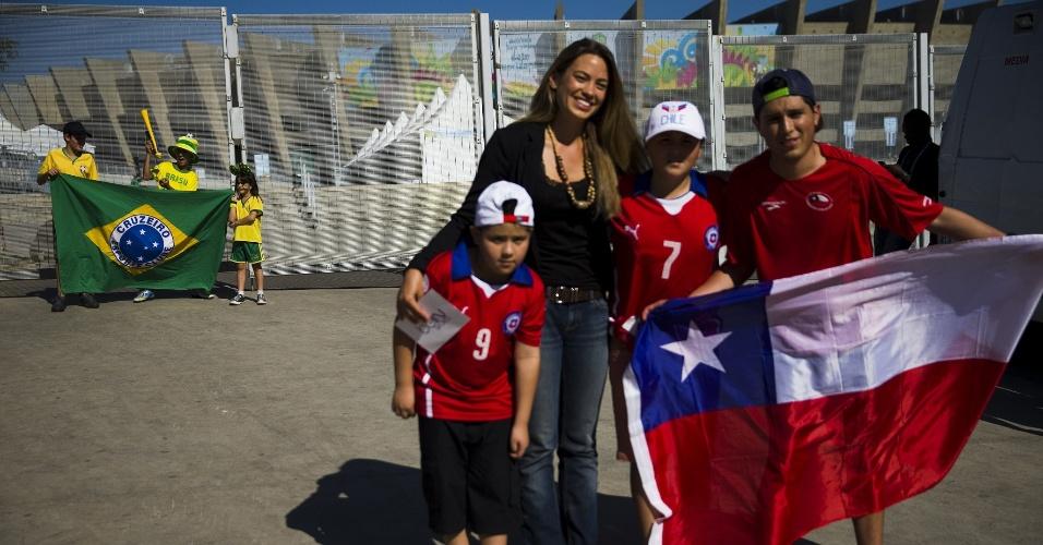 Torcedores chilenos e brasileiros posam para fotos em frente ao Mineirão um dia antes do confronto decisivo entre as duas seleções, pelas oitavas de final da Copa do Mundo