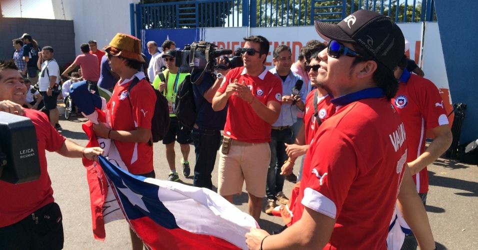Torcedores chilenos fazem festa em frente à concentração da seleção do Chile, em Belo Horizonte