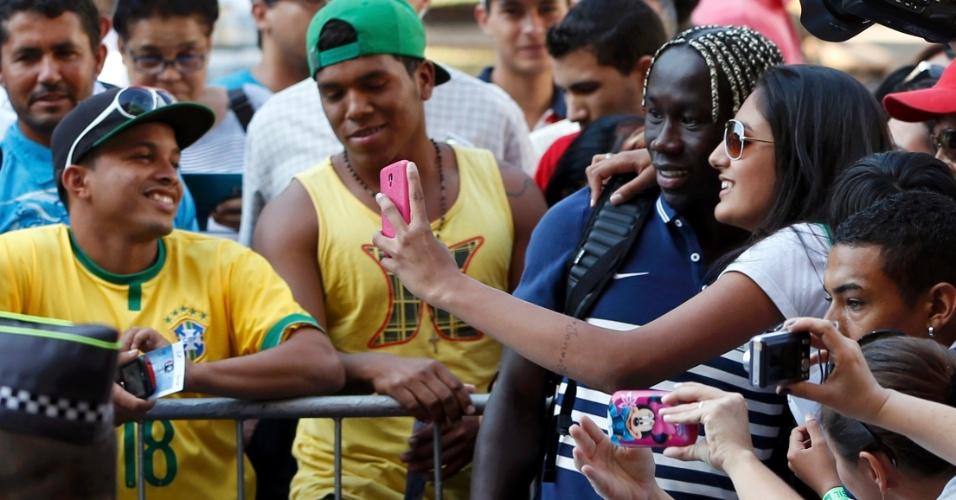 Zagueiro francês Sagna faz selfie com torcedora a caminho da coletiva de imprensa da seleção, em Ribeirão Preto (SP). França volta a campo na segunda-feira, contra a Nigéria