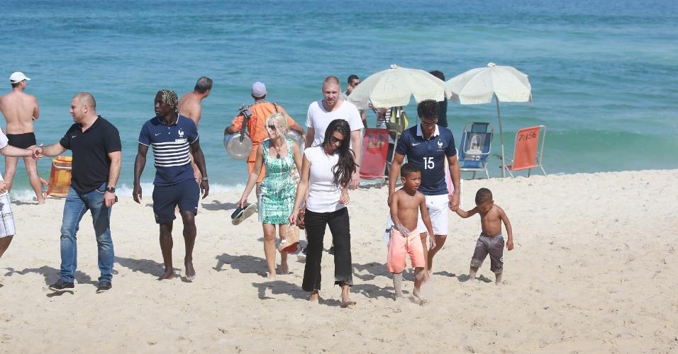 Zagueiro Sagna, da França, curte dia de folga com a família, em praia do Rio um dia após a França jogar contra o Equador no Maracanã, dia 25.