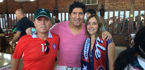 O ex-atacante chileno Iván Zamorano (centro) é tietado por torcedores em Belo Horizonte