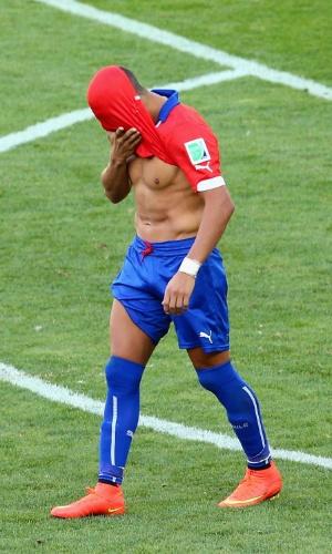 25.jun.2014 - Aléxis Sánchez lamenta pênalti perdido. Ele fez gol no tempo regulamentar, mas Júlio César defendeu sua cobrança