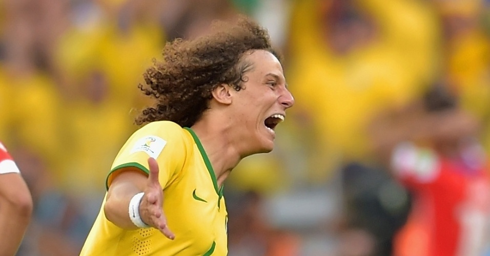 25.jun.2014 - David Luiz celebra muito a vitória do Brasil nos pênaltis