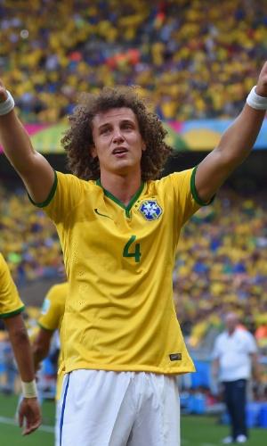 25.jun.2014 - David Luiz chora ao comemorar seu gol, o único do Brasil na partida contra o Chile pelas oitavas