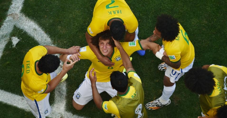 25.jun.2014 - David Luiz comemora seu gol - em prantos - e é cumprimentado pelos companheiros