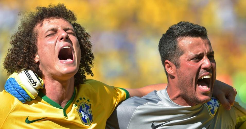 25.jun.2014 - David Luiz e Júlio César cantam o hino brasileiro antes do jogo contra o Chile