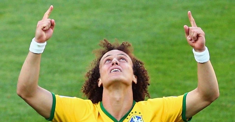 25.jun.2014 - Em lágrimas, David Luiz agradece após ter convertido sua cobrança de pênalti