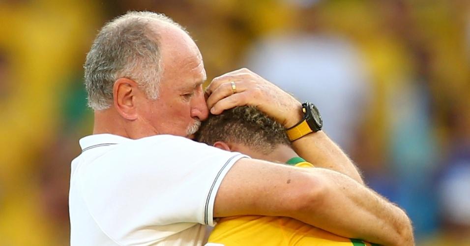25.jun.2014 - Felipão abraça e beija o camisa 10 do Brasil, comemorando a classificação para as quartas de final