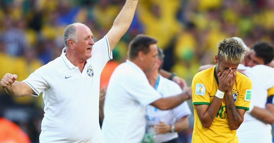 25.jun.2014 - Felipão comemora, enquanto Neymar leva as mãos ao rosto, emocionado