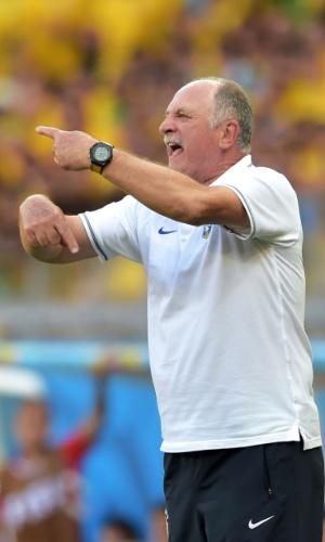 25.jun.2014 - Felipão orienta o time na beira do gramado; o técnico viu uma partida tensa do banco