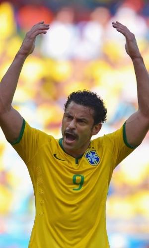25.jun.2014 - Fred chama a torcida no Mineirão para participar do jogo, depois de perder uma chance no ataque