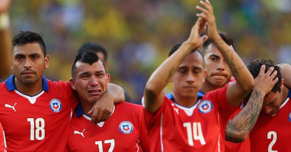 25.jun.2014 - Gary Medel chora muito após a eliminação; chilenos agradecem a torcida